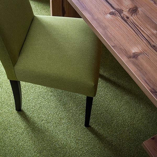 Schreibtisch, bequemer Stuhl und Sofa auf jedem Zimmer