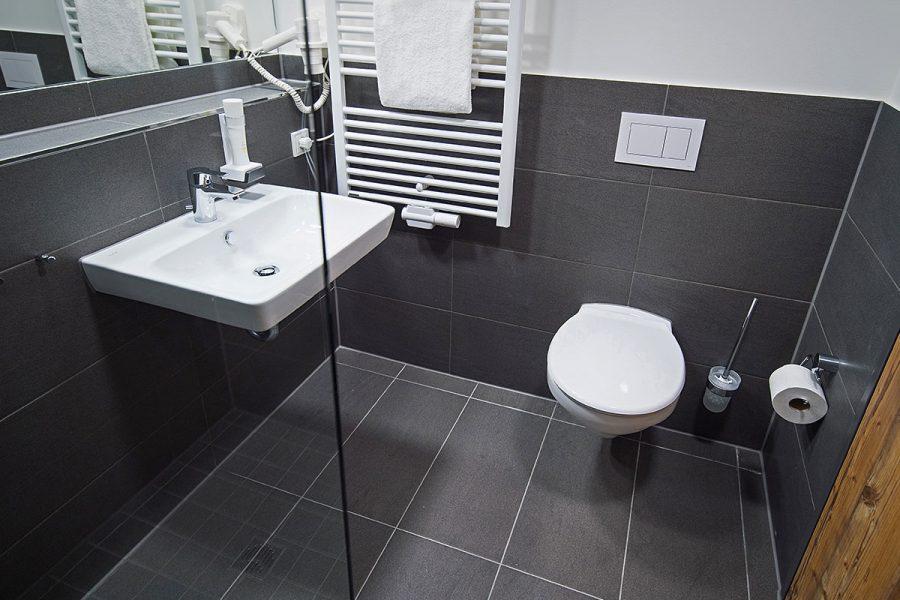 Moderndes Badezimmer mit Toilette